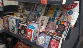 Miłośnicy książek na zakupach w Biedronce