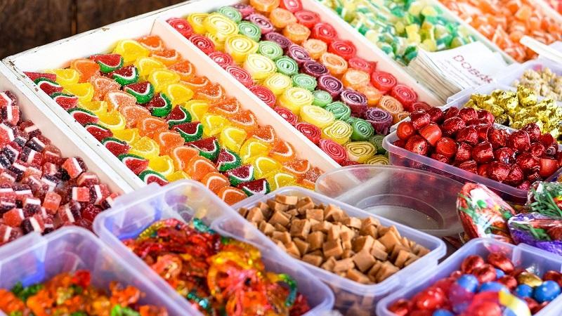 Podatek cukrowy: Dlaczego rząd promuje słodycze i piwa smakowe?